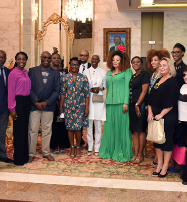 Un groupe d'artistes chez Madame Chantal BIYA